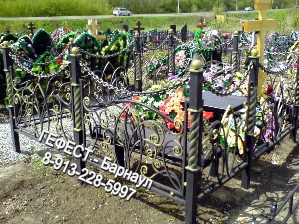Ритуальная оградка кованая с цепями.